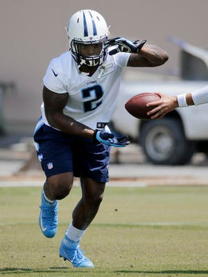 Tennessee Titans running back Derrick Henry takes a handoff during NFL football practice Tuesday, May 24, 2016, in Nashville, Tenn. (AP Photo/Mark Humphrey)