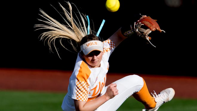 Tennessee infielder Aubrey Leach (10) misses a pass during a game between Tennessee and Georgia at Sherri Parker Lee Stadium in Knoxville, Tennessee on Saturday, March 31, 2018.