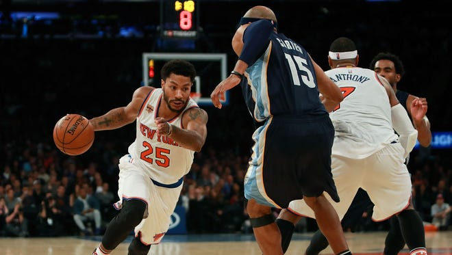 Derrick Rose #25 of the New York Knicks drives on Vince Carter #15 of the Memphis Grizzlies during the second half at Madison Square Garden on October 29, 2016 in New York City.