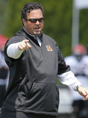 Cincinnati Bengals defensive coordinator Paul Guenther delivers instruction during Cincinnati Bengals training camp.