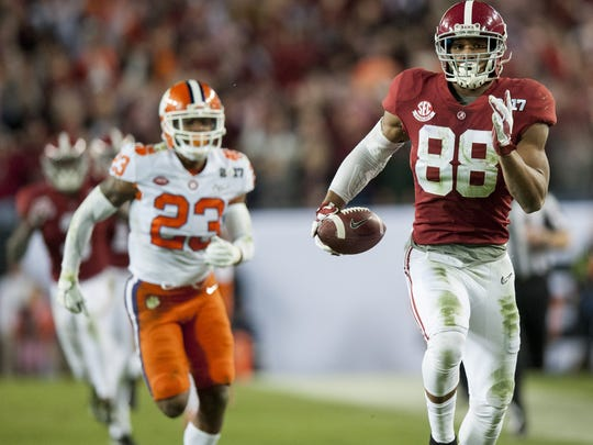 Alabama tight end O.J. Howard (88) carries in a touchdown reception in second half action of the College Football Playoff National Championship Game at Raymond James Stadium in Tampa, Fla. on Monday January 9, 2017. (Mickey Welsh / Montgomery Advertiser)