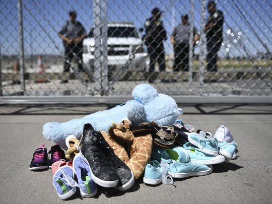 Pertenencias de niños migrantes permanecen en el suelo