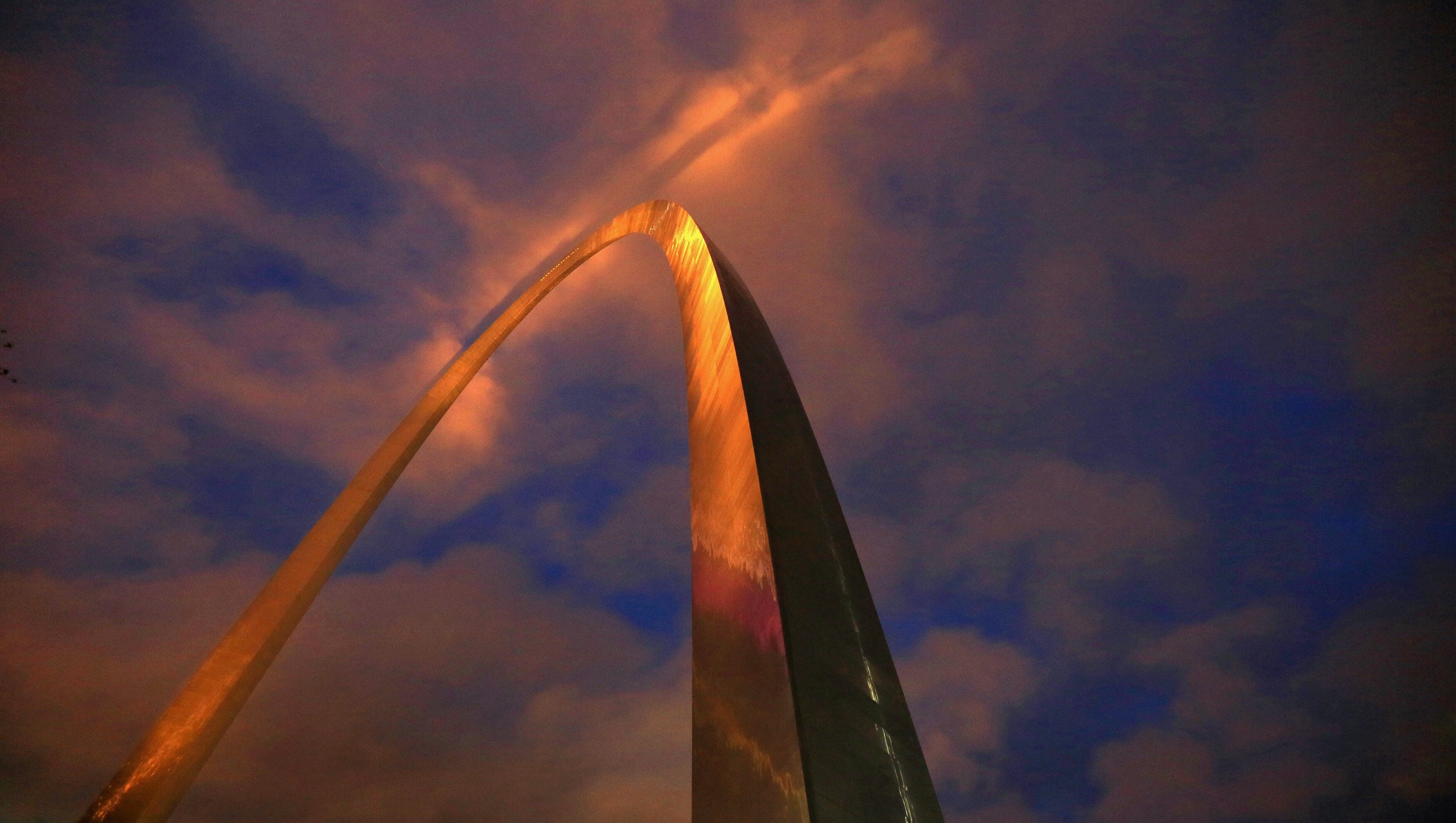 weird light spotted above st louis arch. Black Bedroom Furniture Sets. Home Design Ideas