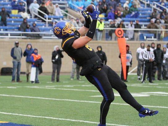 South Dakota State's Dallas Goedert hauls in a touchdown