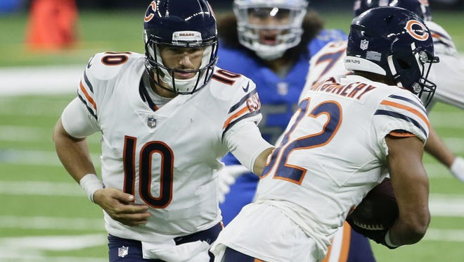 Chicago Bears quarterback Mitchell Trubisky (10) hands off to running back David Montgomery (32).