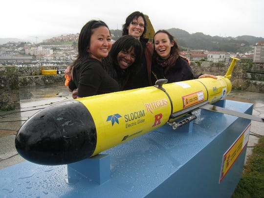 From left to right,  Lizette Gesuden, Chantal Eyong, Dena Seidel, Pilar Timpane with RU 27 Glider in Baiona, Spain.