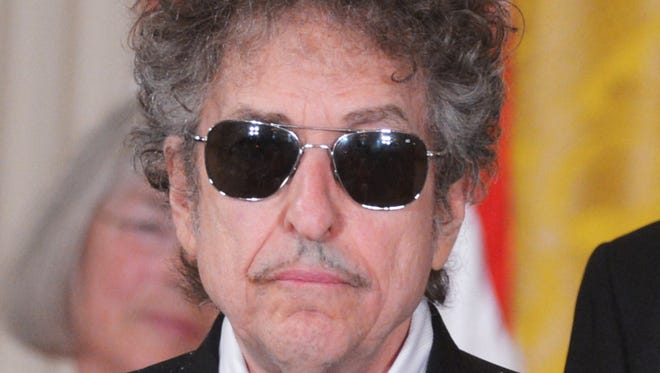 Bob Dylan waiting before receiving the Presidential Medal of Freedom from President Obama in 2012