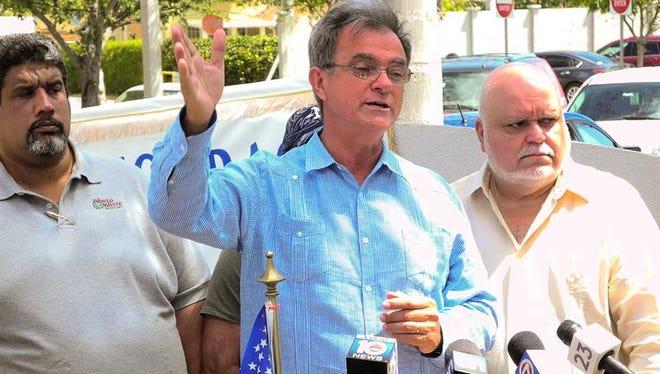 En la imagen, Ramón Saúl Sánchez (c), presidente del Movimiento Democracia en Miami.