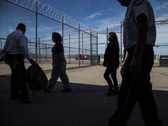 Arriban nuevos detenidos al Centro de Detención en