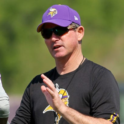 Vikings coach Mike Zimmer talks with rookie CB Trae