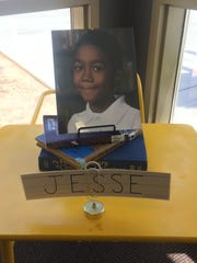 Un pequeño altar en recuerdo de Jesse Wilson puede