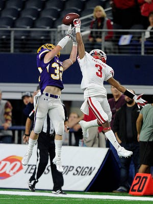 Wylie safety Cason Grant (32) breaks up a pass intended for Carthage wide receiver Dee Bowens (3) during the third quarter of Wylie's 31-17 loss in the Class 4A Div. I state championship game on Friday, Dec. 16, 2016, at AT&T Stadium in Arlington.