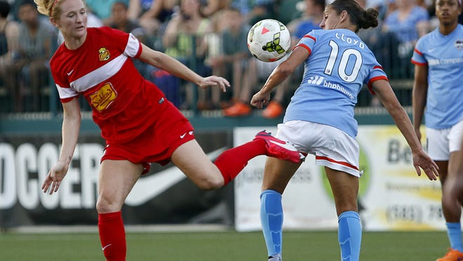Samantha Mewis, left, tangled with Houston's   Carli Lloyd, the U.S. national team star and former Flash player, in a match last year in Rochester.