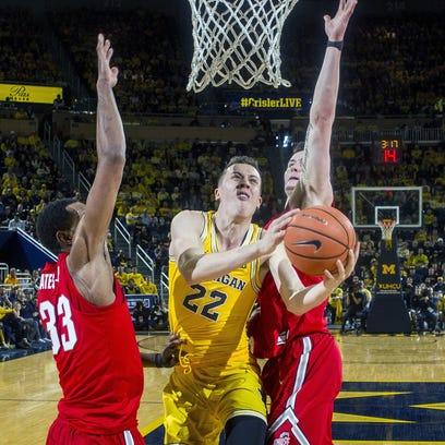 Michigan guard Duncan Robinson (22) attempts to make