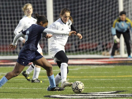 Pinckney's Catherine Stone, front right, battles for