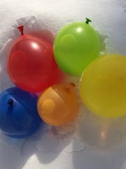 Use balloons to make balls of ice that can decorate