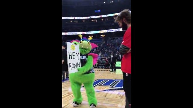The Orlando Magic mascot sets up a prank on Chicago Bulls center Robin Lopez.