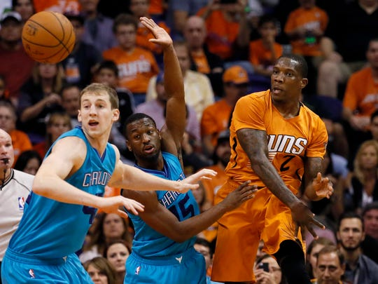 Phoenix Suns guard Eric Bledsoe (2) passes as Charlotte