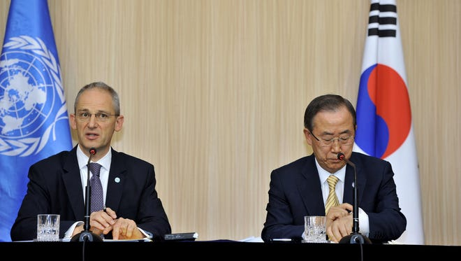 Martin Nesirky (L), spokesperson for the secretary-general, speaks at a press conference as UN Secretary General Ban Ki-Moon (R) gestures during his visit to Seoul on August 26, 2013.