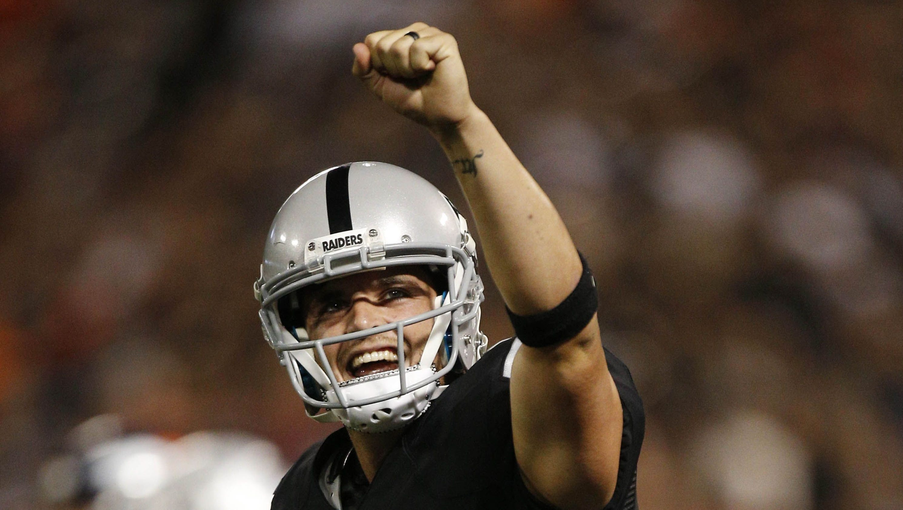 Raiders QB Derek Carr signs deal: 5 years, $125 million makes him highest-paid..