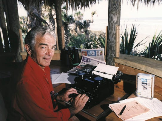 USA TODAY founder All Neuharth at his desk at the Pumpkin