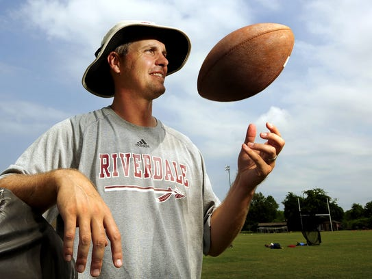 Former NFL quarterback Kelly Holcomb is the offensive