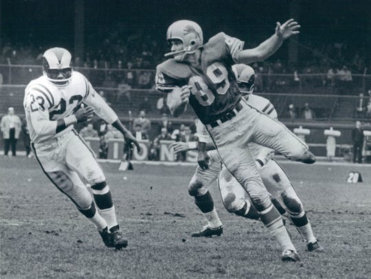 Gail Cogdill catches pass in Lions game vs. Rams. Cogdill,