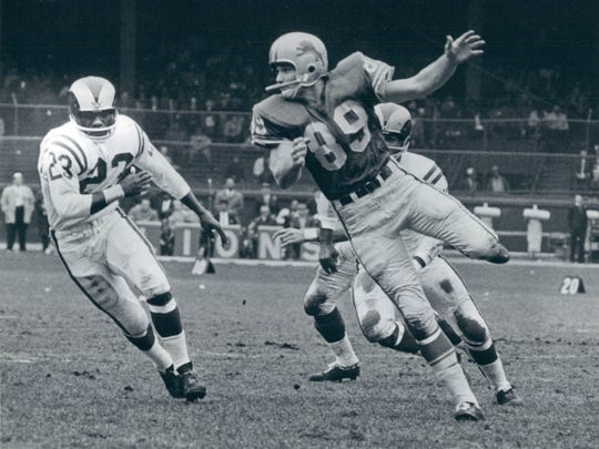 Gail Cogdill catches pass in Lions game vs. Rams. Cogdill, one of the greatest Lions players in history, died at the age of 79.