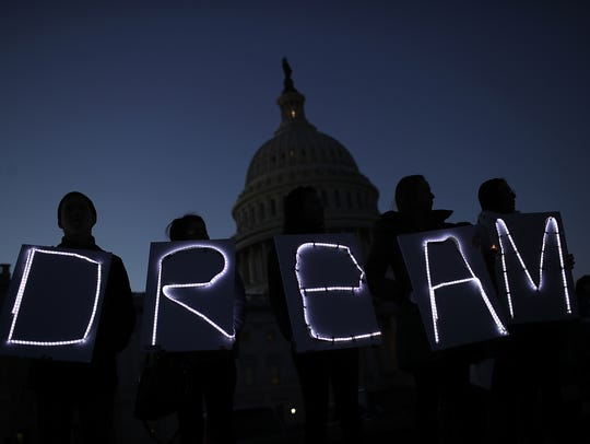 Un grupo de Dreamers lleva a cabo una vigilia a las