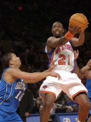 NY Knicks' Charlie Ward shoots over Orlando Magic's