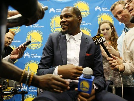 636104433199713458-AP-Warriors-Durant-Basketbal-2-.jpg
