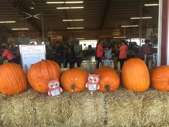 Shoppers make their picks at Lynd Fruit Farm on Sept.