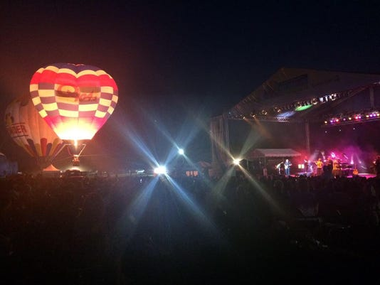 636667327554973855-balloon-photo-glow-and-concert-stage.JPG