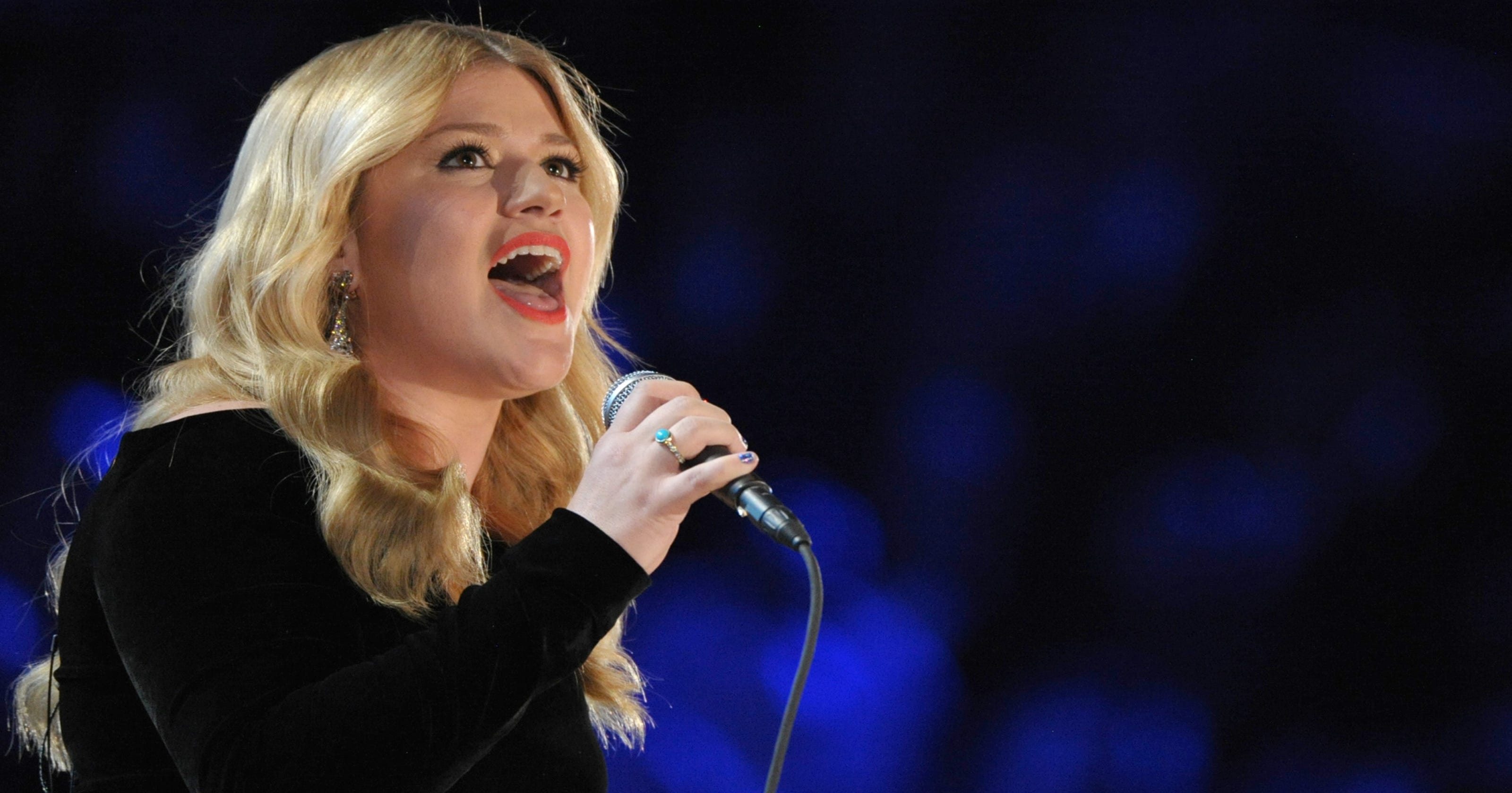 Kelly Clarkson is \'Wrapped\' in red, but feeling green