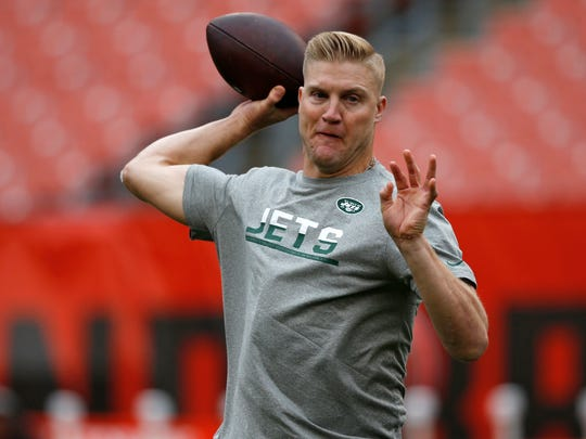 New York Jets quarterback Josh McCown warms up before an NFL football game between the New York Jets and the Cleveland Browns, Sunday, Oct. 8, 2017, in Cleveland. (AP Photo/Ron Schwane)