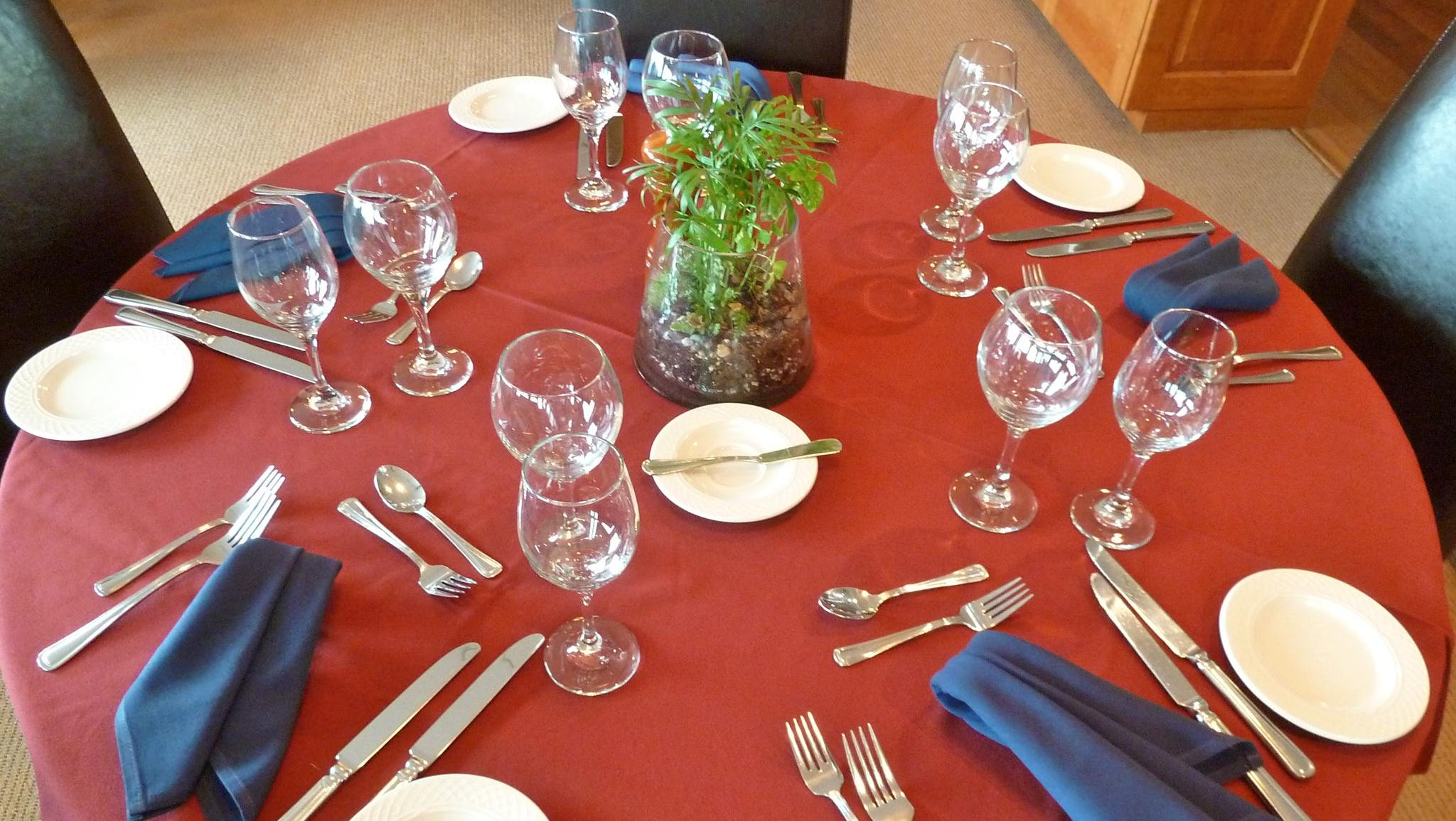 Table settings are elegant but low-key and include stemware for both white- and red-wine pairings.