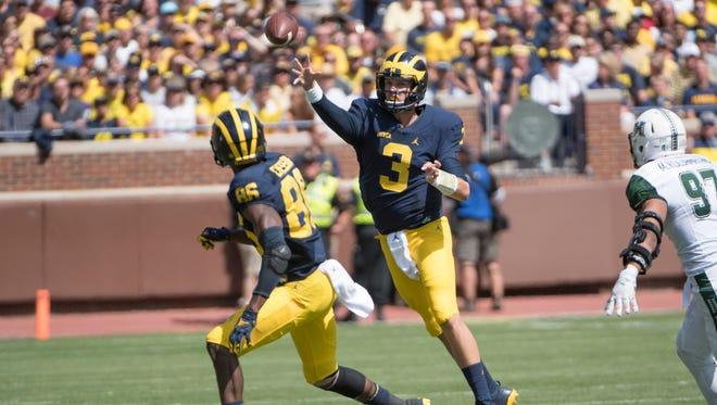 Michigan quarterback Wilton Speight passes the ball to Michigan wide receiver Jehu Chesson in the first half.
