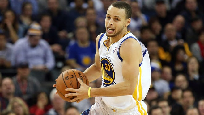 Guard Steph Curry dribbles up the court in the Warriors 102-87 win over the Bulls