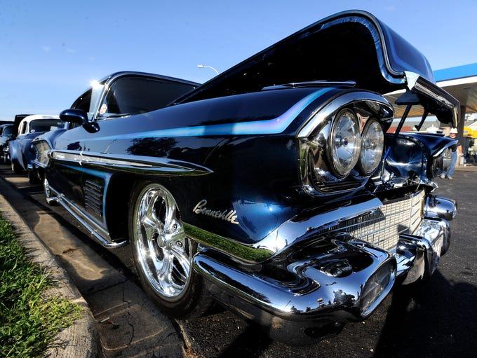 The front bumper of the 1958 Pontiac Bonneville doesn't