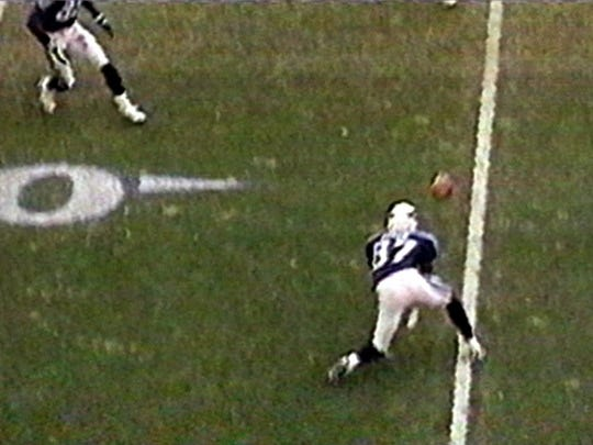 Kevin Dyson catches the Wycheck lateral which no Bills