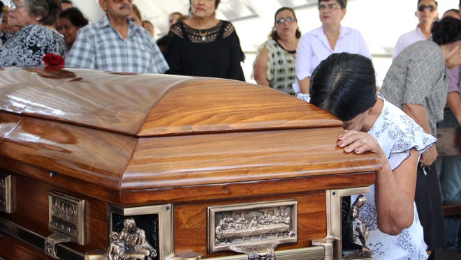 Relatives of Mexican journalist Juan Carlos Huerta, who was shot dead on May 15, mourn during his funeral at the cemetery in Villahermosa, Tabasco state, Mexico on May 16, 2018.