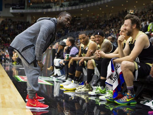 Kevin Hart gives a talk to the U.S. team during the Celebrity Game, part of NBA basketball's All-Star weekend, in Toronto on Friday, Feb. 12, 2016. (Chris Young/The Canadian Press via AP)