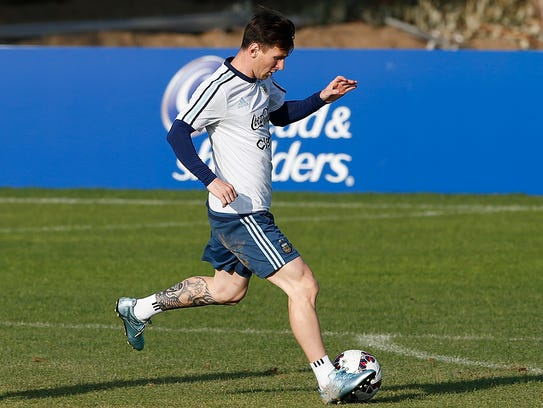Lionel Messi de Argentina entrena el martes para el