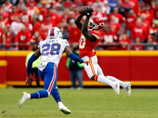 KANSAS CITY, MO - NOVEMBER 26:  Wide receiver Tyreek Hill #10 of the Kansas City Chiefs makes a catch as cornerback E.J. Gaines #28 of the Buffalo Bills defends during the game at Arrowhead Stadium on November 26, 2017 in Kansas City, Missouri.  (Photo by Jamie Squire/Getty Images)