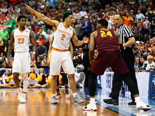 Tennessee forward Grant Williams (2) argues for a call