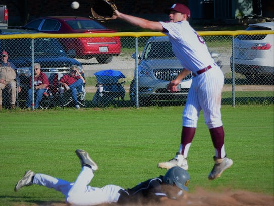 De Leon's Kevin Yeager fields a throw during DHS'