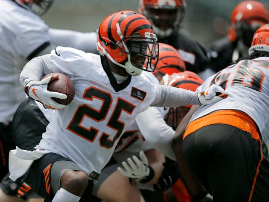 Cincinnati Bengals running back Giovani Bernard (25) runs with a handoff during a practice session of Bengals Mini Camp at Paul Brown Stadium in downtown Cincinnati on Wednesday, June 13, 2018.
