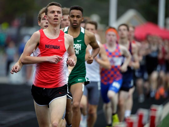 Matthew Meinke of Neenah leads a string of runners
