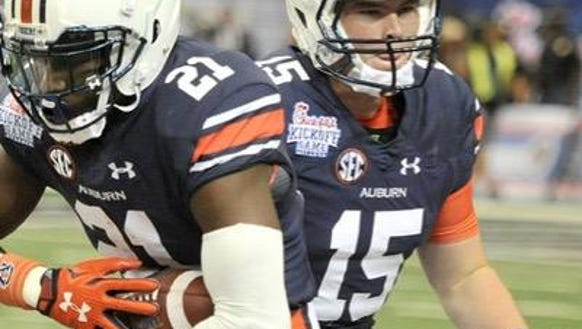 Auburn quarterback Tyler Queen warms up for the 2015