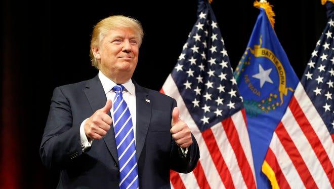 """Grupos latinos pidieron a a la cadena NBC de no permitir que Donald Trump presente el popular programa de televisión """"Saturday Night Live""""."""